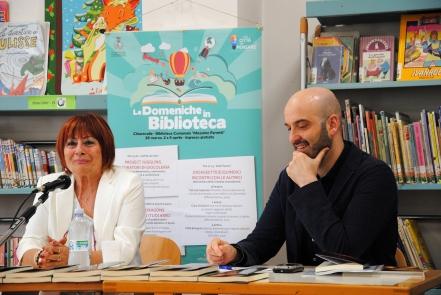 L'assessore Favi con la scrittrice Clara Schiavoni a Le domeniche in biblioteca 2017